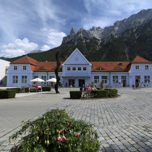 Mittenwald station in front of the panorama of the Karwendel, © Alpenwelt Karwendel | Stefanie Bech