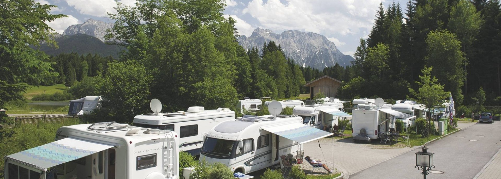 The modern caravan park on Lake Tennsee offers a beautiful ambience in a summer atmosphere , © Alpenwelt Karwendel | Alpen Caravanpark Tennsee