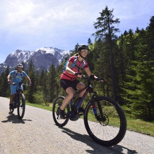 Enjoy unique scenery - a bike tour in the Elmauer valley near Krün., © Alpenwelt Karwendel | Stefan Eisend