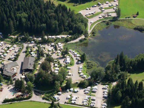 An aerial view shows the entire caravan park on the Tennsee near Krün , © Alpenwelt Karwendel | Alpen Caravanpark Tennsee