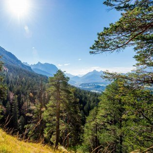 View from Schwarkopf hill in the Karwendel over Mittenwald, © Alpenwelt Karwendel | bayern.by_Gregor Lengler