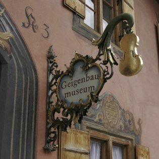 Sign at the entrance of the violin making museum, © Alpenwelt Karwendel | Pfisterer