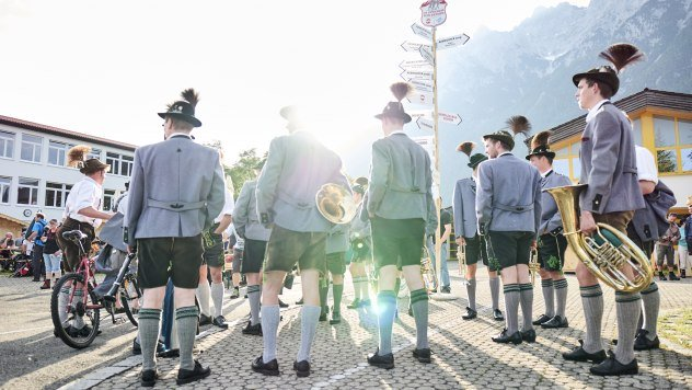 Bavarian musicians with alpine sounds and typical Werdenfelser leather trousers, © Alpenwelt Karwendel | Marco Felgenhauer | woidlife photography