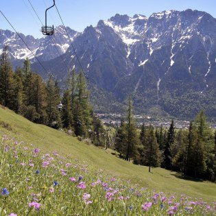 With the traditional chairlift up to the Kranzberg in Mittenwald , © Alpenwelt Karwendel | Rudolf Pohmann