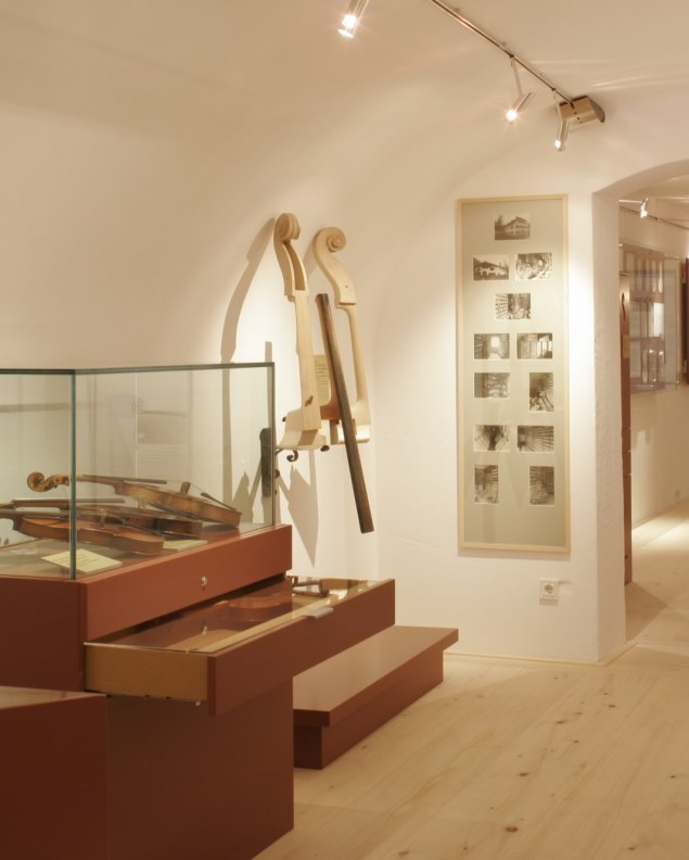 Showpieces to touch in the violin building museum , © Alpenwelt Karwendel   Pfisterer