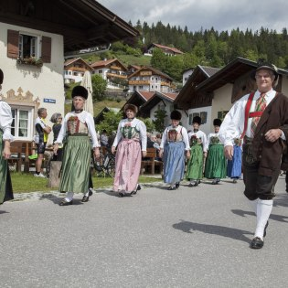 "An old bavarian dance group with its own historical costume. It`s called ""Alter Tanz"", © Alpenwelt Karwendel 