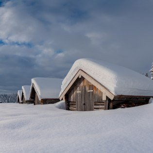 Pure deep snow in the Alpenwelt Karwendel - barn near the Barmsee., © Alpenwelt Karwendel | Kriner & Weiermann