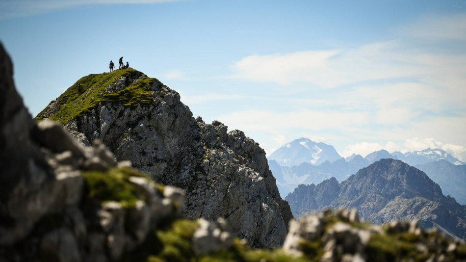 Two hikers enjoy the view of one of the peaks on the Mittenwalder via ferrata. , © Alpenwelt Karwendel | Philipp Gülland