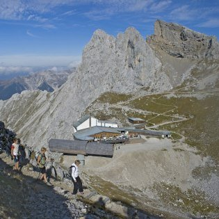 View of the Karwendelbahn mountain station in the direction of Mittenwald , © Alpenwelt Karwendel | Hubert Hornsteiner