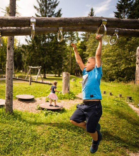 Children have fun on the playground, © Alpenwelt Karwendel | Philipp Gülland