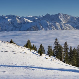 Winter hike on the Simetsberg with a view of the Soiern Mountains , © Alpenwelt Karwendel | Kriner&Weiermann